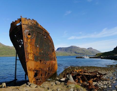 Djupavík, rostiges Schiff